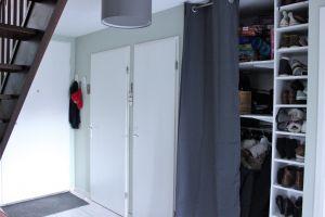 Grande entrée de 7.66m² avec WC, placard aménagé, escalier menant à l'étage.