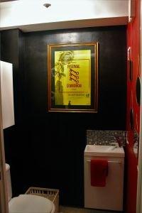 Toilettes avec lave-main, placard et fenêtre. 1.37m²